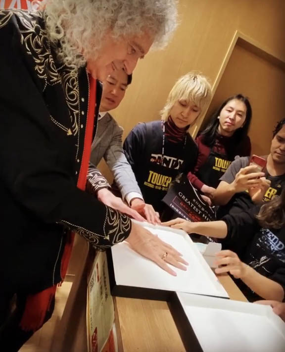 Brian May making handprints Tower Records, Tokyo